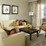 Сочетание светлого дивана и темного столика в гостиной