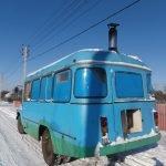 Синий автомобиль, оборудованный баней
