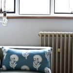 Лампочки над диваном