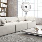 Светлая комната с белой мебелью