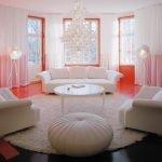 Красные акценты в дизайне белой комнаты