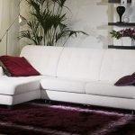 Бордовые подушки на диване