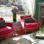 Розовые кресла у окна