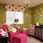 Сочетание зеленого и розового в дизайне детской