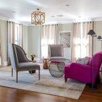 Серое и розовое кресло