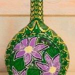 Сиреневые цветы на зеленой бутылке