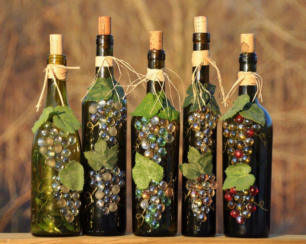 Декор бутылок декоративным виноградом