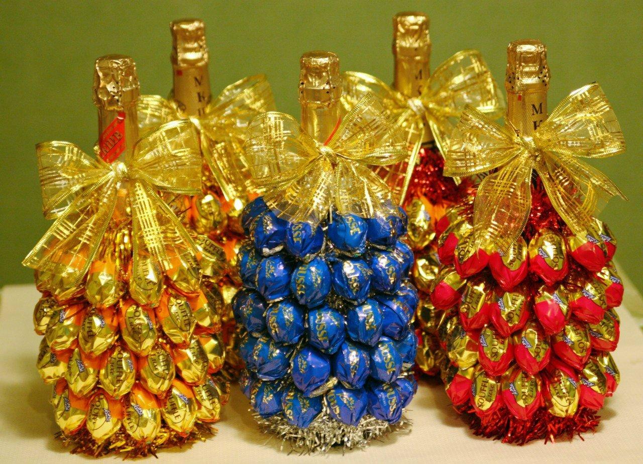Бутылки, украшенные конфетами