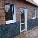 Сочетание коричневого и черного сайдинга в отделке фасада