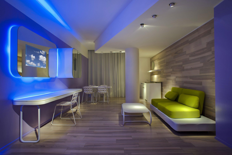 Голубая подсветка потолка
