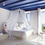 Сочетание синего потолка и белых стен