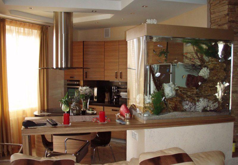Аквариум-перегородка на кухне