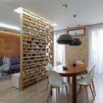 Панели из дерева на стенах в гостиной