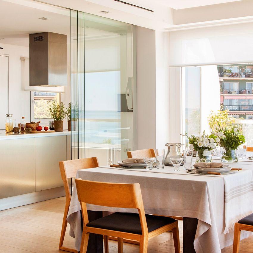Перегородка из стекла на кухне