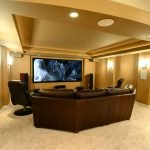 Большой телевизор напротив дивана