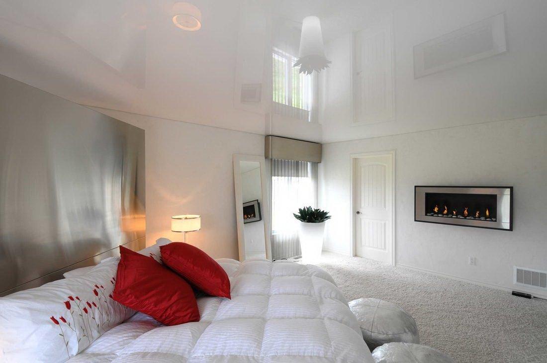 Красные подушки на кровати
