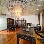 Зеркальный потолок в кабинете