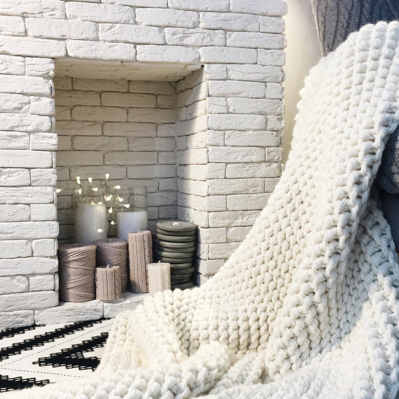 Белое вязаное покрывало