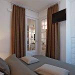 Коричневые шторы в спальне