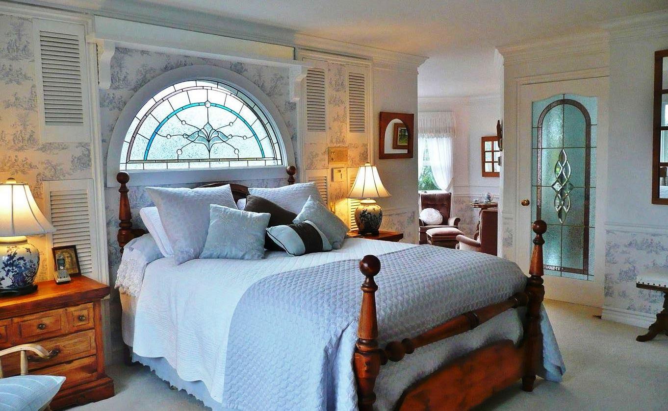 Фальш-окно над кроватью