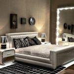 Зеркала в оформлении спальни в современном стиле
