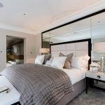 Зеркала в оформлении спальни с большой кроватью