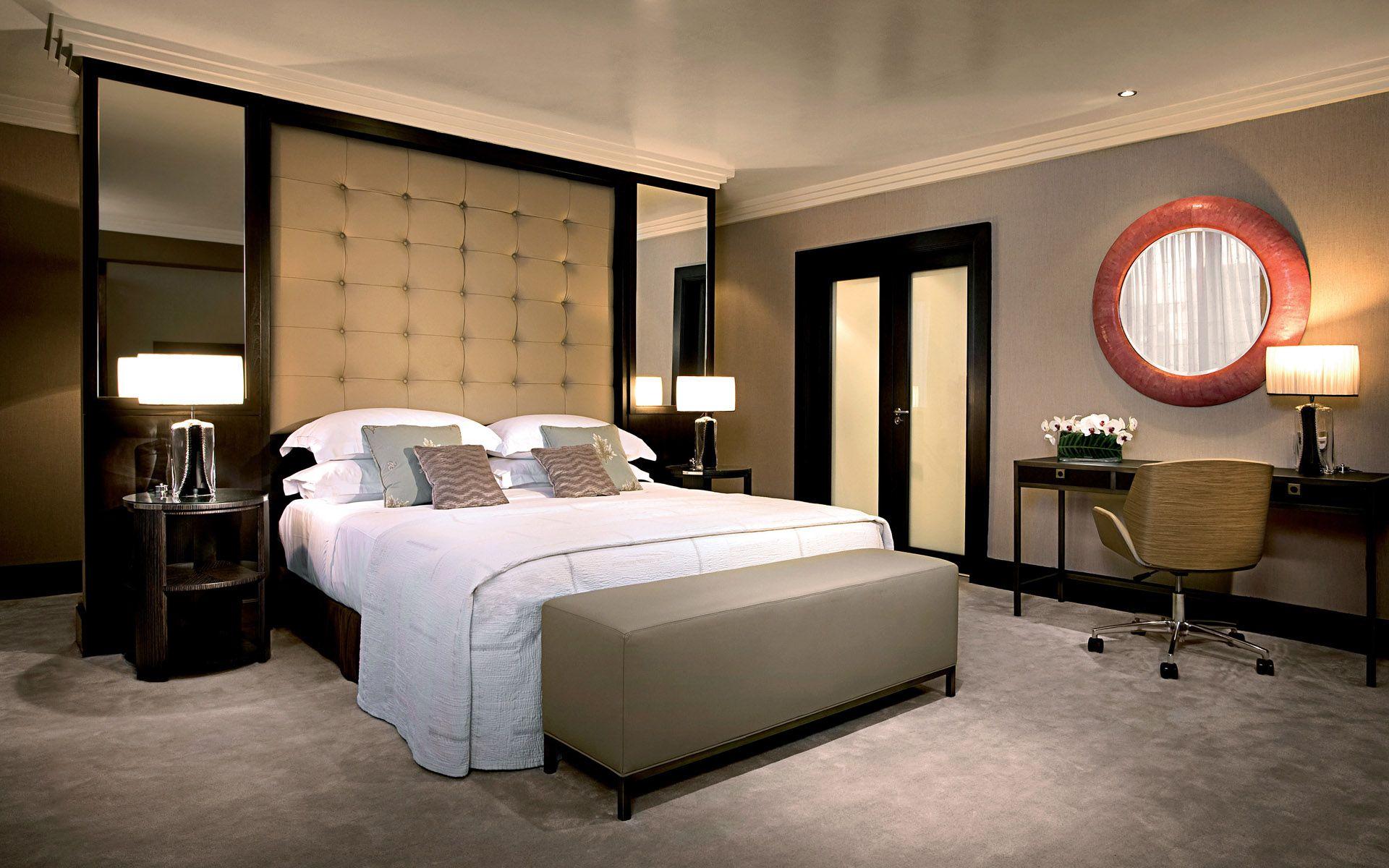 Спальня с круглым окном