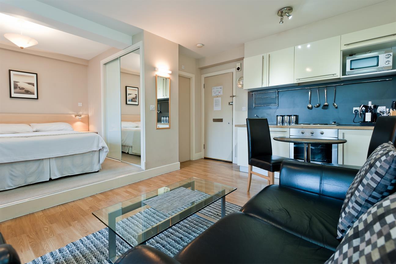Белая кухня в небольшой квартире