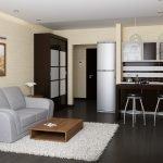 Серый диван в однокомнатной квартире