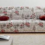 Чехол с розами на диване