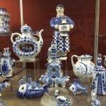 Экспонаты в музее с росписью в технике гжель