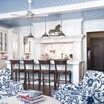 Сине-белая мебель на кухне
