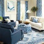 Белое и синее кресло в гостиной