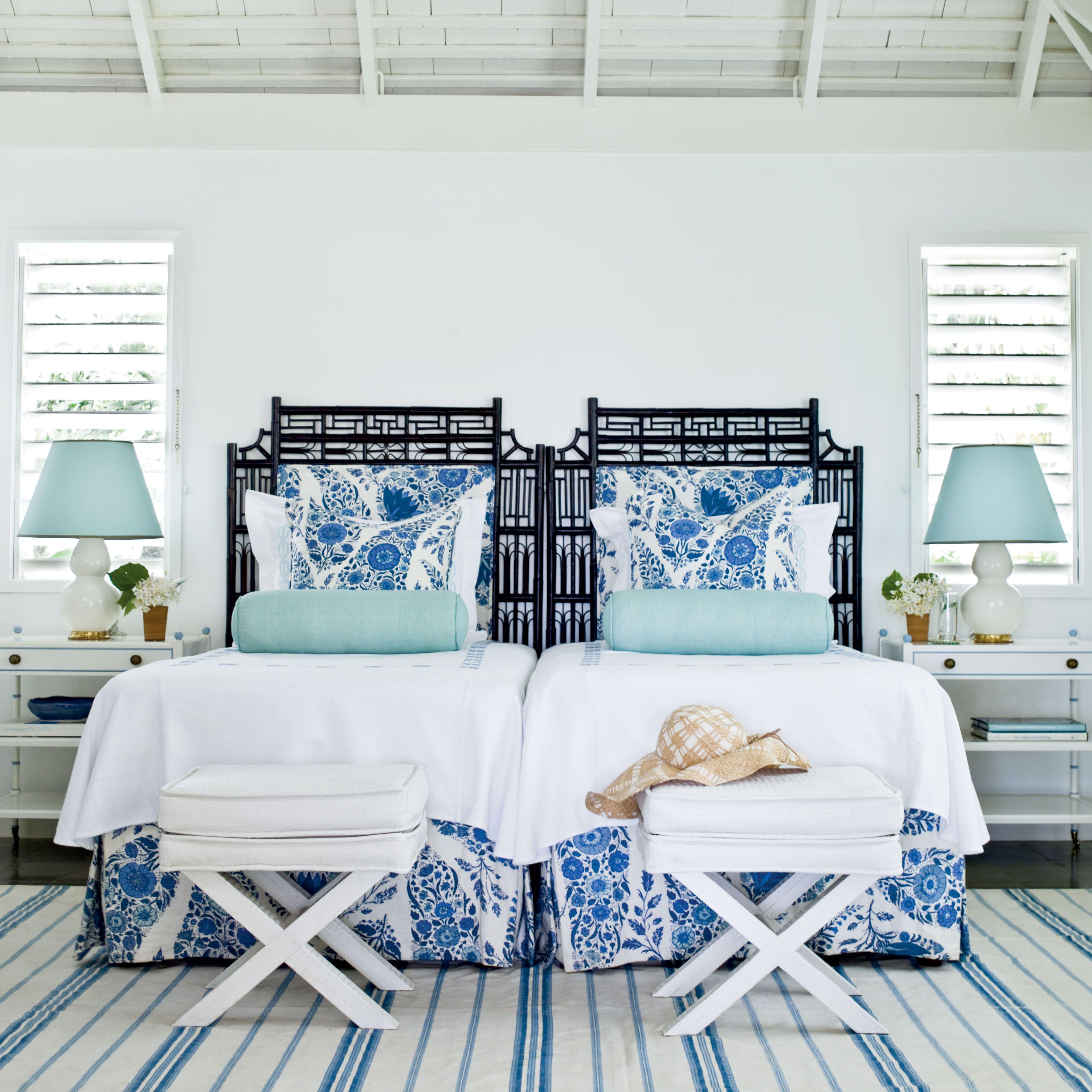 Двухспальная кровать с подушками