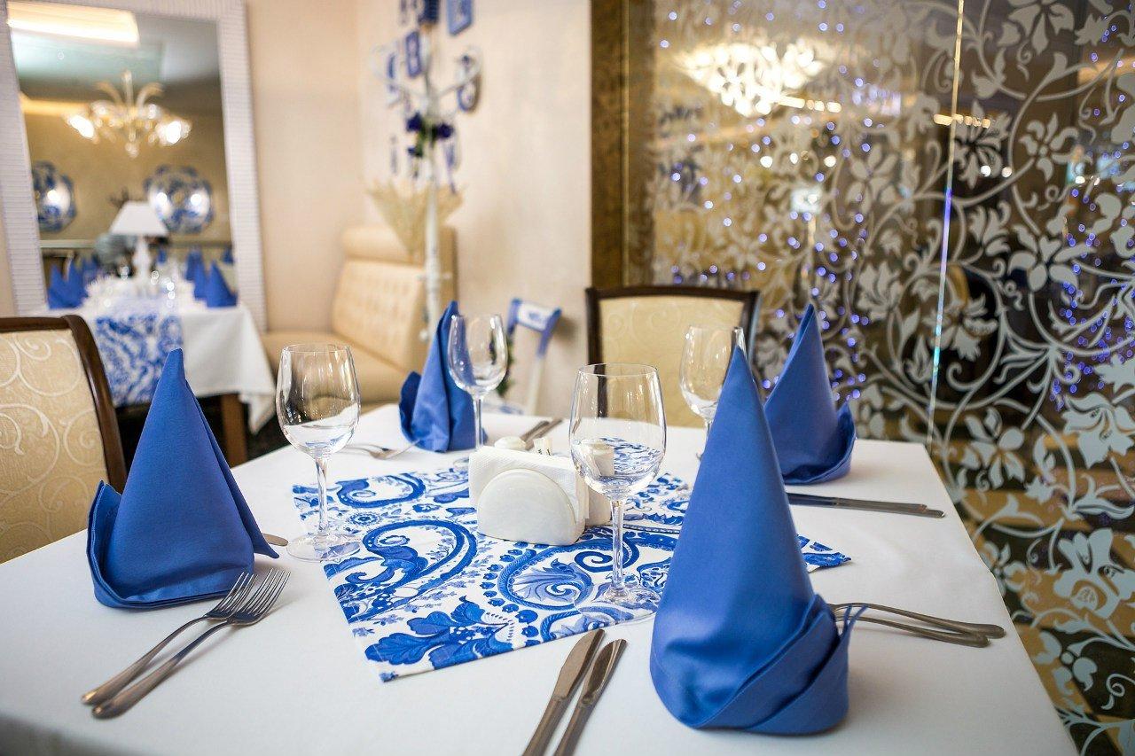 Интерьер ресторана в сине-белых тонах