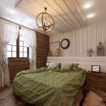 Часы на стене в спальне
