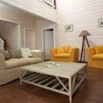 Желтые кресла в гостиной