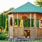 Деревянная беседка с зеленой крышей