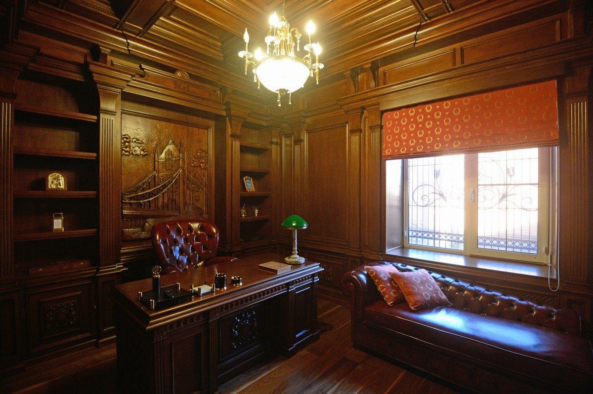 Мебель из дерева и кожи в кабинете в классическом стиле
