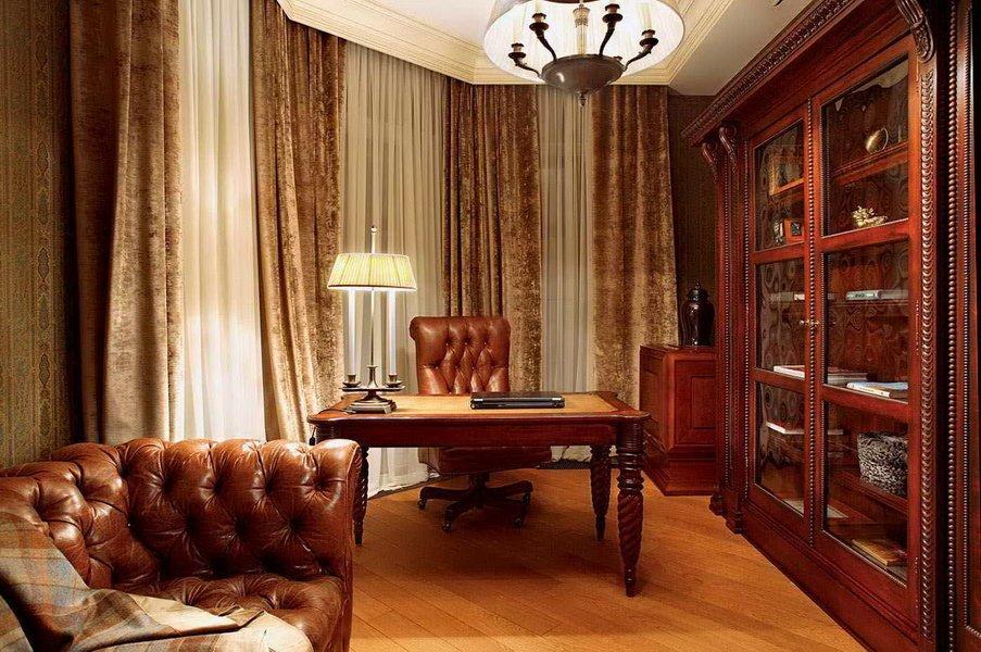 Кабинет в классическом стиле в отдельной комнате
