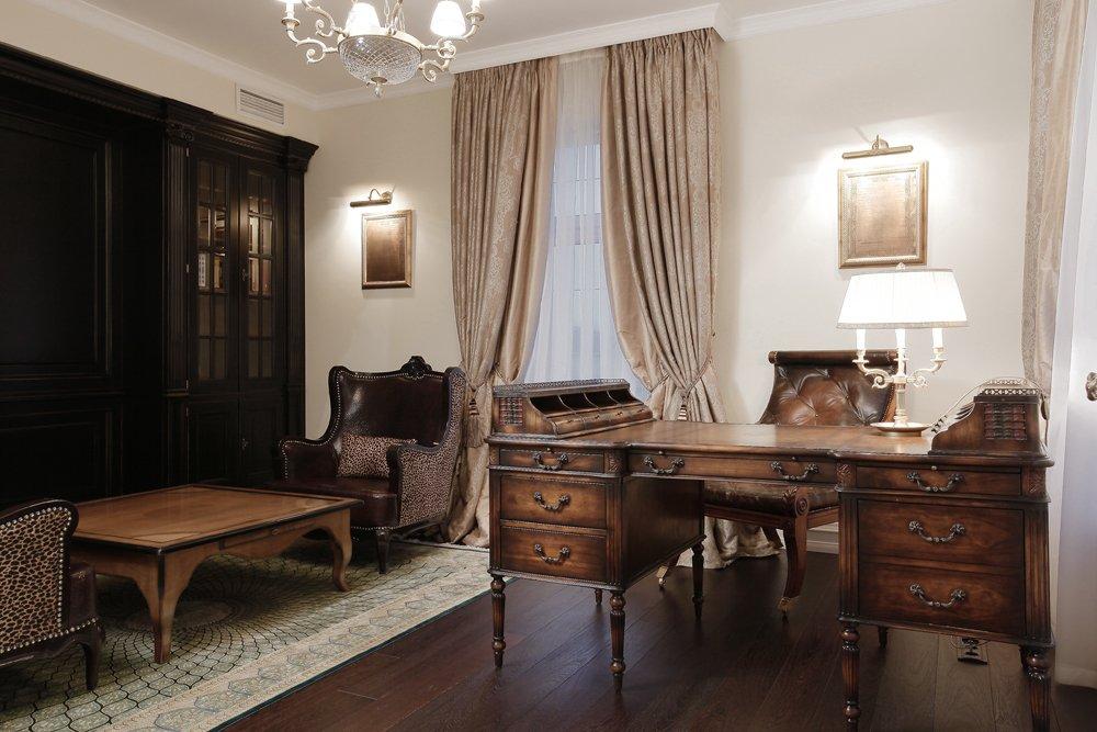 Зона с рабочим кабинетом в комнате в классическом стиле