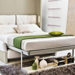 Предметы интерьера у кровати