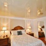 Прикроватные тумбочки с настольными лампами