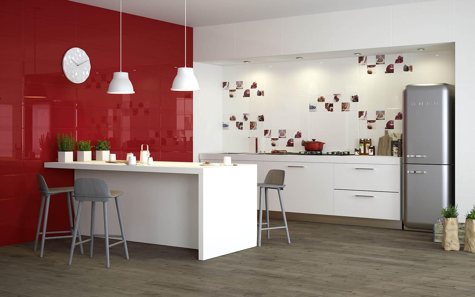 Красная плитка на стене
