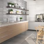 Серая плитка в отделке стен на кухне