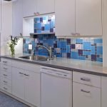 Синий топ на кухне