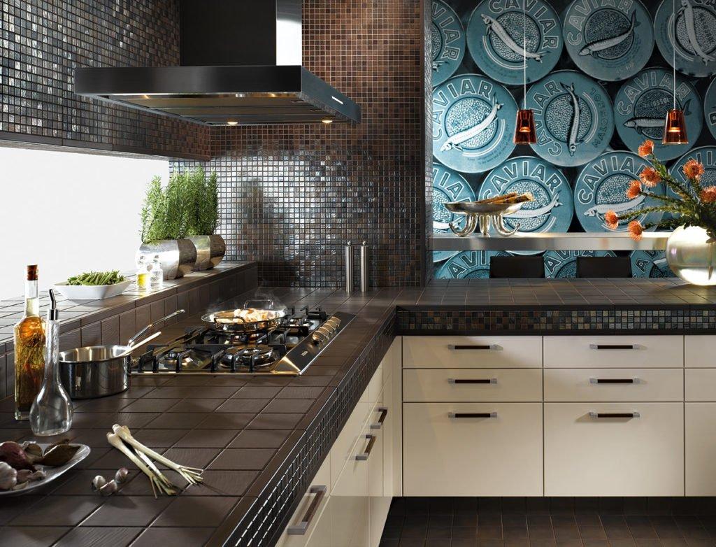 Необычная плитка на стене в кухне