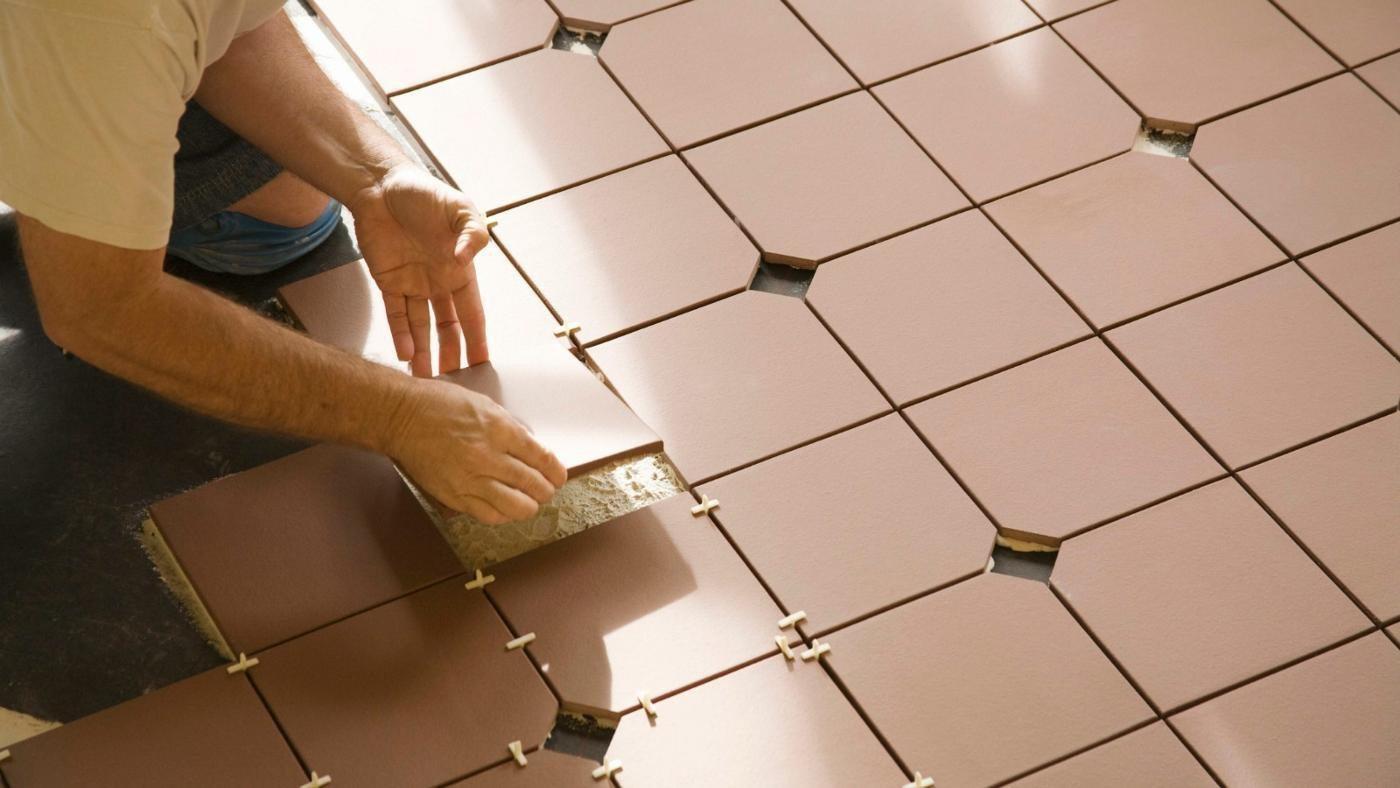 Укладка плитки на полу на кухне
