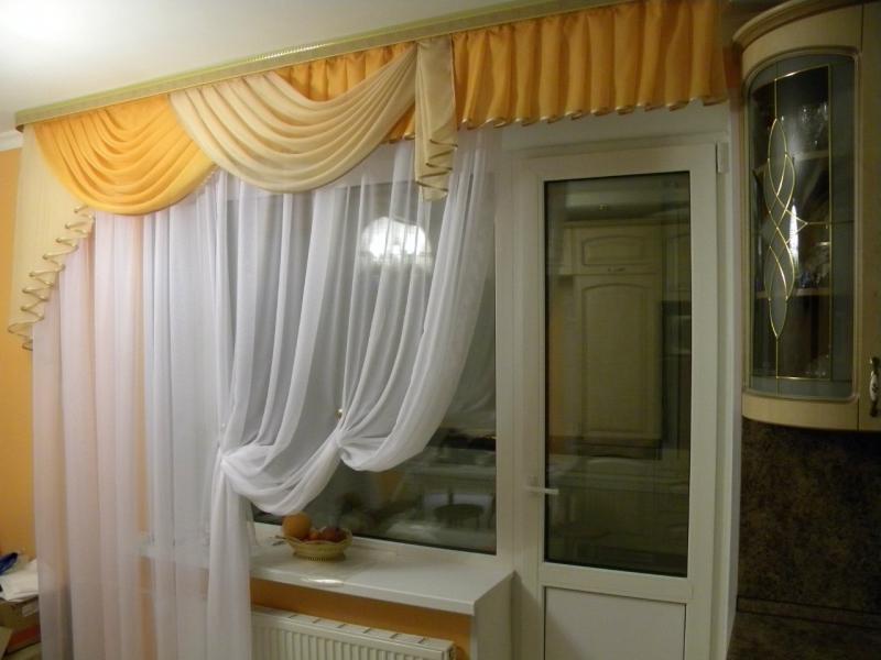 Шторы из светлой ткани на кухне с балконом