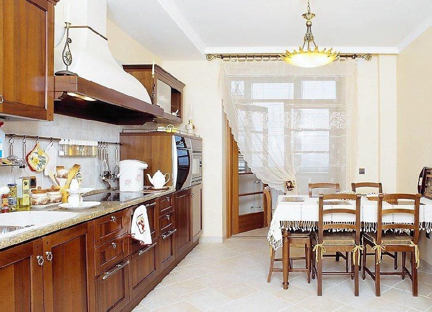Шторы на кухне с балконом в стиле модерн